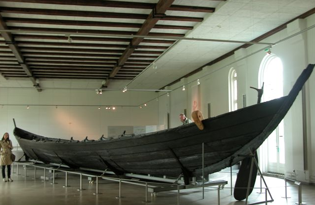 https://commons.wikimedia.org/wiki/File:Nydamboat.2.jpg